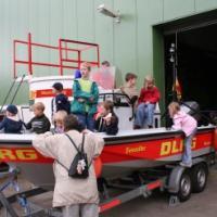Das DLRG brachte Tauchturm und Boot mit